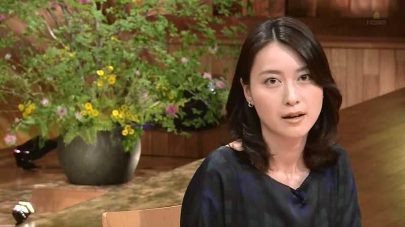 黒い衣装を着た上からのアングルの小川彩佳のセクシーな画像